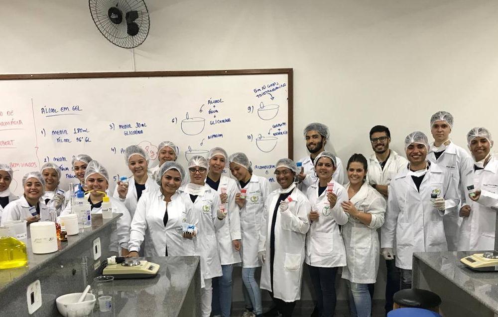 Alunos do curso técnico em farmácia realizam visita técnica